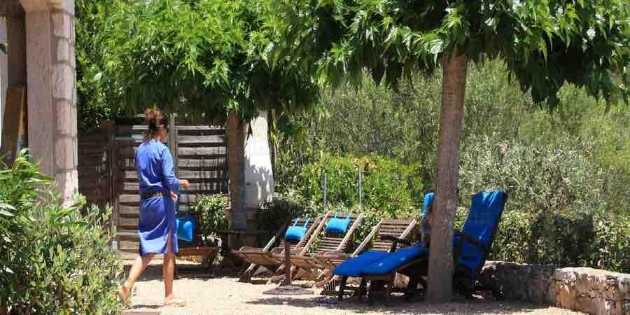 Terraza de jardin mediterraneo.Jardin mediterraneo santa Eulalia. Jardin mediterraneo Benidorm, callistemos, arbustos de sombra chile, arbustos para jardineras